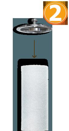 Вставьте фильтрующий элемент в крышку корпуса