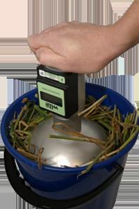 Измерение влажности сена в ведре
